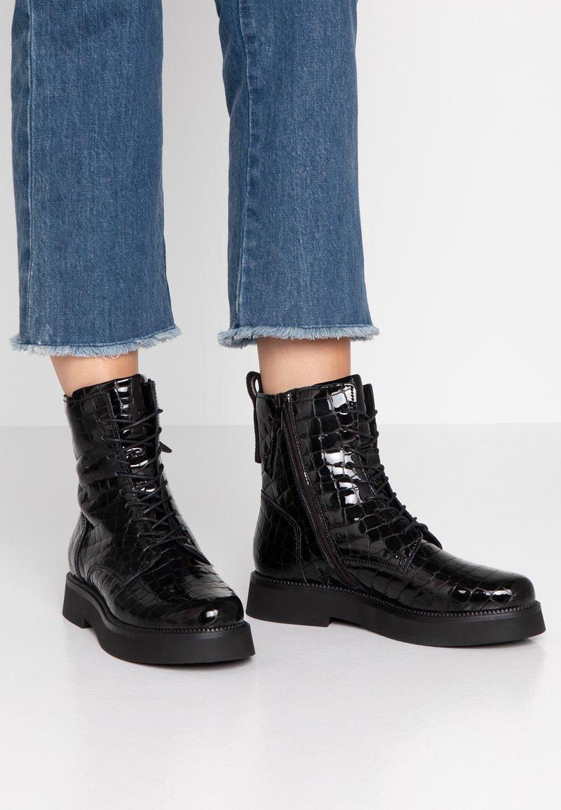 MJUS - Kotníkové boty na platformě - black