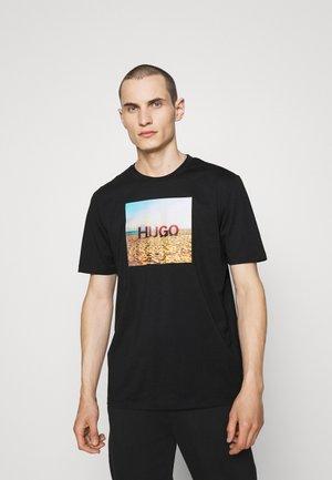DOLDPLAY - Print T-shirt - black