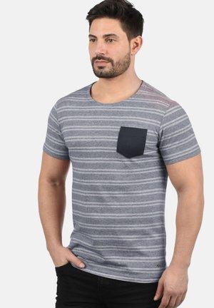 FIDEL - Print T-shirt - mottled light blue