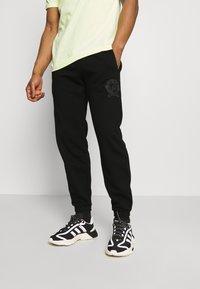 adidas Originals - COLLEGIATE CREST UNISEX - Tracksuit bottoms - black - 0