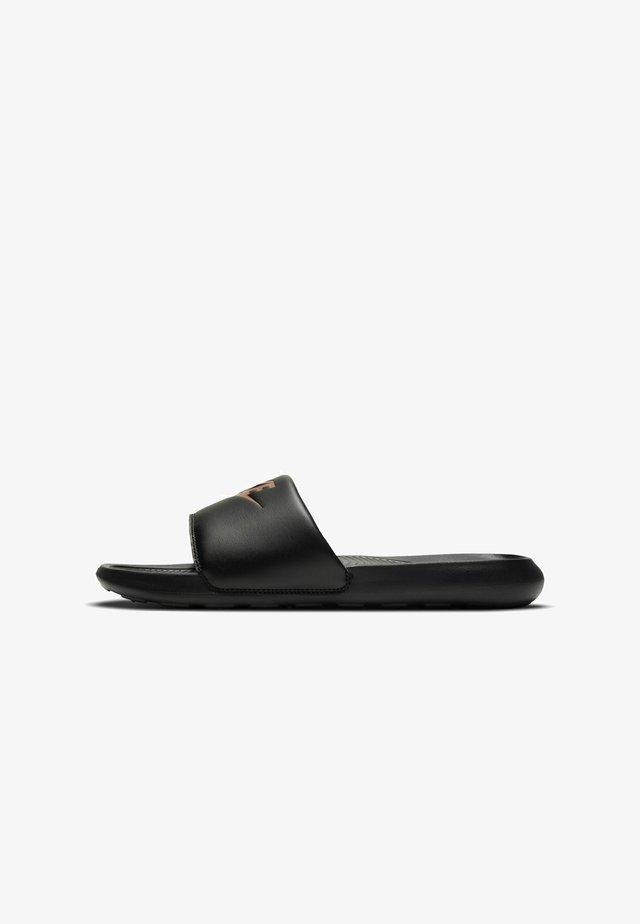 VICTORI SLIDE - Pantofle - black/mtlc red bronze-black