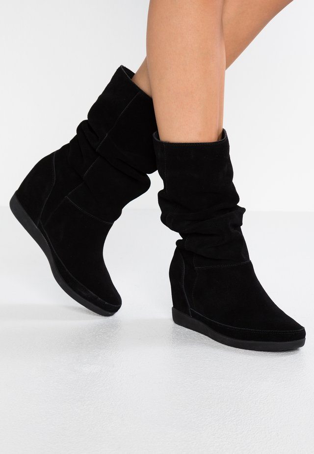 EMMY SLOUCHY - Wedge boots - black