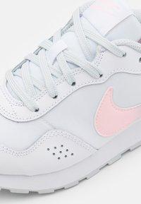 Nike Sportswear - MD VALIANT MWH  - Tenisky - white/multicolor/pure platinum - 5