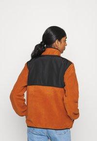 Carhartt WIP - Fleece jumper - cinnamon/black - 2