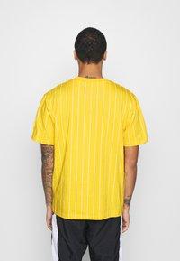 Karl Kani - SMALL SIGNATURE PINSTRIPE TEE UNISEX - Print T-shirt - yellow/white - 2