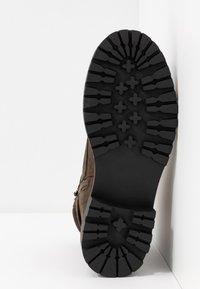 Miss Selfridge - BRIGHT BUCKLE DETAIL HIKER - Kotníkové boty na platformě - khaki - 6