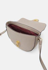 Coccinelle - BEAT SOFT - Taška spříčným popruhem - powder pink - 4