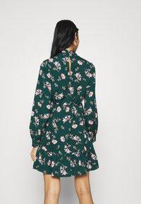 Vero Moda - VMROBIN SHORT DRESS - Vestito estivo - ponderosa pine/robin flower - 2