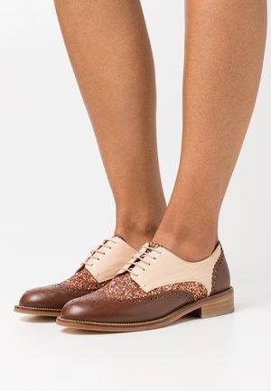 ASTAIRE - Šněrovací boty - glitter/cognac/cuivre/beige