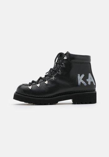 KADET HIKER BOOT - Šněrovací kotníkové boty - black