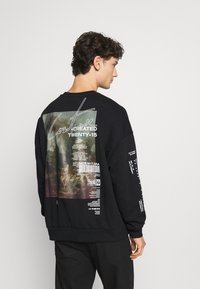The Couture Club - OVERSIZED CREW WITH OIL-PAINT STYLE ART PRINT - Hoodie - black - 2