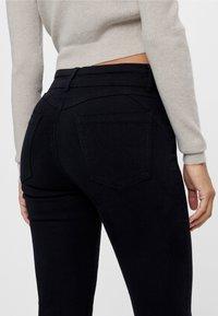 Bershka - MIT RISSEN  - Jeans Skinny Fit - black - 3