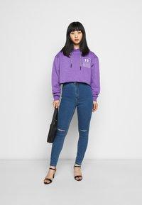 Missguided Petite - VICE HIGHWAISTED SLASH KNEE - Jeans Skinny Fit - blue - 1
