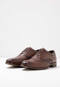 Pier One - Zapatos con cordones - brown - 2