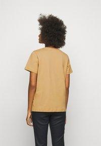 By Malene Birger - DESMOS - Print T-shirt - tan - 2