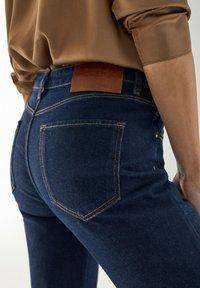 Massimo Dutti - MIT HALBHOHEM BUND - Slim fit jeans - dark blue - 4