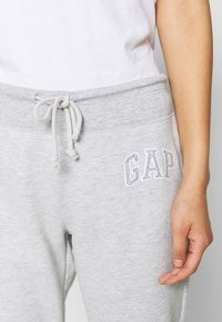 GAP - Tracksuit bottoms - light heather grey - 4