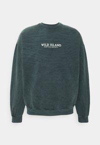 Kaotiko - CREW TIE DYE WILD ISLAND - Sweatshirt - mucha arena verde bosque - 0