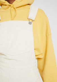 Levi's® - CAGE CROP OVERALL - Dungarees - ecru wide wale - 6