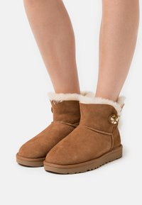 UGG - MINI BAILEY BUTTON BLING - Classic ankle boots - chestnut/gold - 0