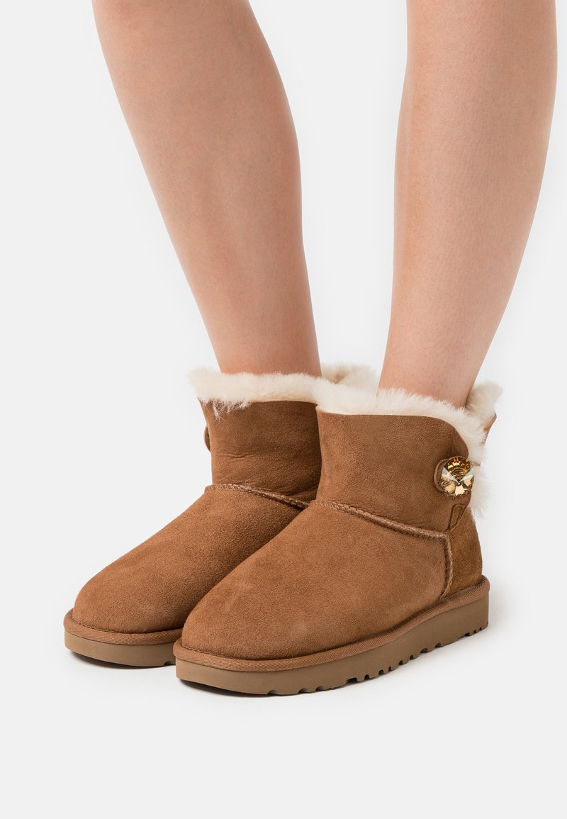 UGG - MINI BAILEY BUTTON BLING - Classic ankle boots - chestnut/gold