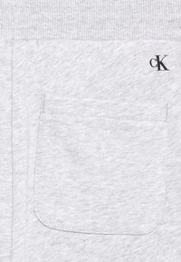 Calvin Klein Jeans - HERO LOGO - Korte broeken - grey - 2
