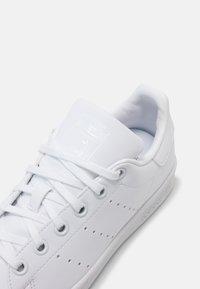 adidas Originals - STAN SMITH UNISEX - Trainers - white - 4