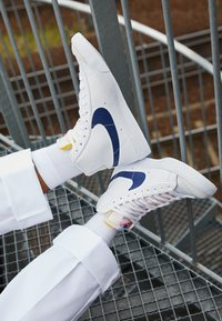 Nike Sportswear - BLAZER MID '77  - Vysoké tenisky - white/midnight navy/sail/summit white/bright crimson - 2