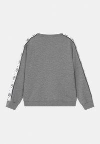 CHIARA FERRAGNI - TAPE ID CREWNECK - Sweatshirt - grey - 1