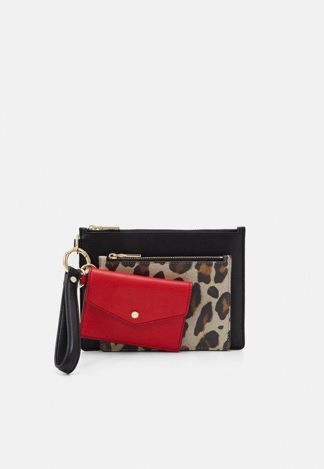 WRISTLET EXOTIC - Portafoglio - black/leopard/cherry