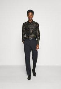 Twisted Tailor - SAGRADA SHIRT - Camicia - black/gold - 1