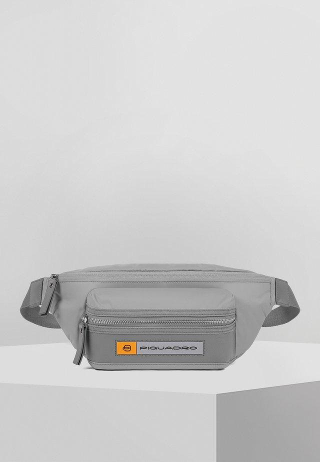 PIQUADRO PQ-BIOS GÜRTELTASCHE LEDER 33 CM - Heuptas - grey
