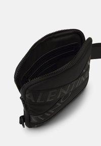 Valentino Bags - KLIVE MINI CROSSBODY - Across body bag - nero - 2