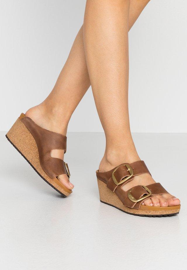 NORA - Pantofle na podpatku - cognac