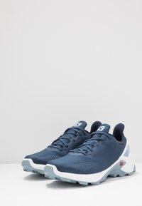 Salomon - ALPHACROSS BLAST GTX - Běžecké boty do terénu - dark denim/white/ashley blue - 2
