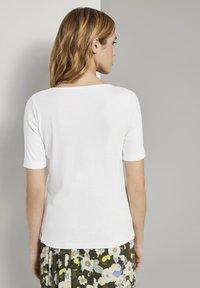 TOM TAILOR - MIT WEITEM AUSSCHNITT - Basic T-shirt - whisper white - 2
