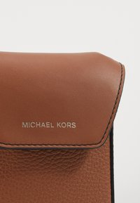 Michael Kors - GREYSON FLAP PHONE XBODY - Taška spříčným popruhem - cognac - 6
