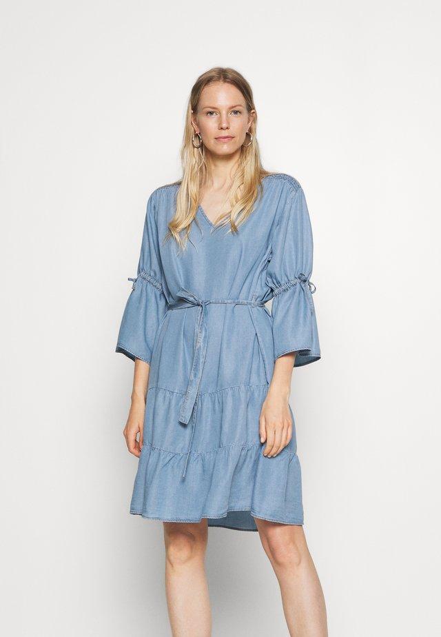 FIECR DRESS - Denimové šaty - medium blue denim