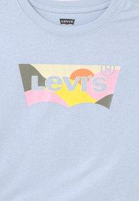 Levi's® - HIGH RISE - T-shirt print - kentucky blue - 2