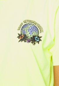 Obey Clothing - TAKE BACK THE PLANET - T-shirt z nadrukiem - neon yellow - 4