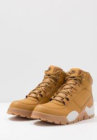 Nike Sportswear - RHYODOMO - Korkeavartiset tennarit - wheat/light bone/brown/baroque brown - 2