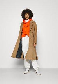 Tommy Hilfiger - HOODIE - Sweatshirt - princeton orange - 1