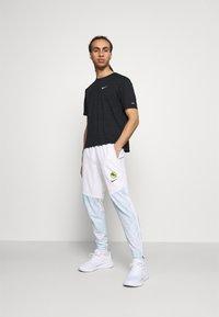 Nike Performance - ESSENTIAL THERMA PANT EKIDEN - Pantalones deportivos - white/black - 1