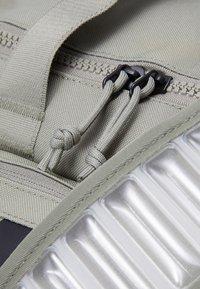 Nike Performance - UTILITY POWER M DUFF UNISEX - Torba sportowa - light army/black - 3
