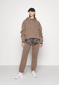 BDG Urban Outfitters - SKATE HOODIE - Hoodie - chocolate - 1