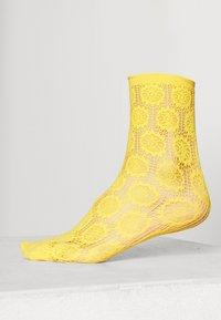 FALKE - BERRY TRIM - Socks - sun ray - 0