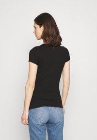 Guess - MINI TRIANGLE - T-shirts med print - jet black - 2