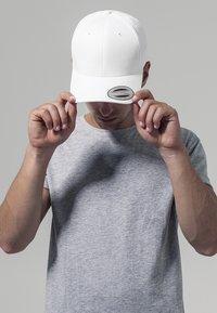 Flexfit - CURVED CLASSIC SNAPBACK - Cap - white - 0