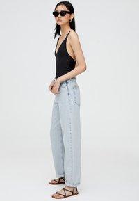 PULL&BEAR - MIT HOHEM BUND - Jeans a zampa - light blue - 3