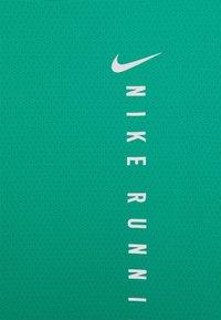 Nike Performance - MILER HYBRID - Printtipaita - neptune green/silver - 4